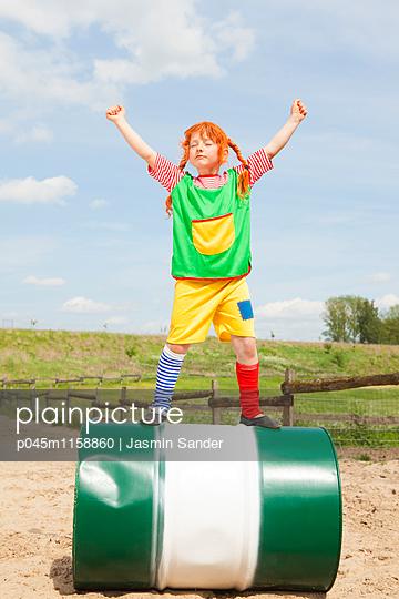 Pipi in Siegerpose - p045m1158860 von Jasmin Sander