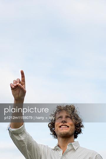 Mann zeigt in die Luft - p1212m1159079 von harry + lidy