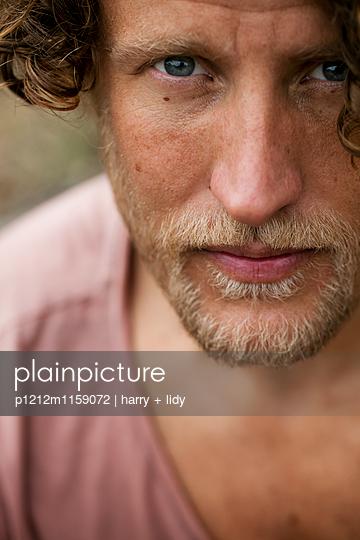 Portrait eines Mannes - p1212m1159072 von harry + lidy