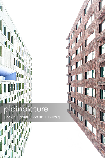 Zwei Hochhäuser Froschperspektive - p587m1155091 von Spitta + Hellwig
