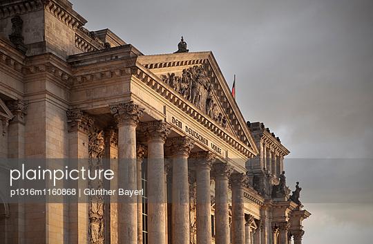 Reichstag am Abend, Berlin, Deutschland - p1316m1160868 von Günther Bayerl