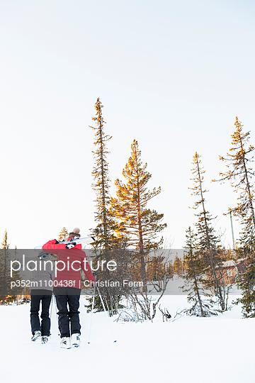 Sweden, Harjedalen, Vemdalen, Klovsjo, Two young women walking with skies