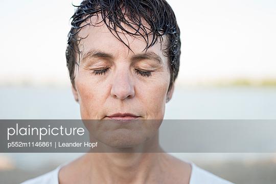 Frau am See - p552m1146861 von Leander Hopf