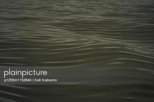 Wasseroberfläche mit kleinen Wellen  - p1255m1152846 von Kati Kalkamo