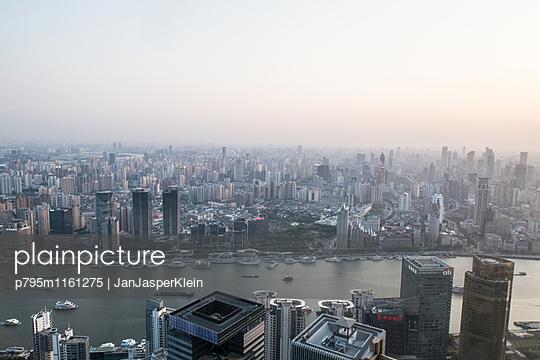 Shanghai von oben - p795m1161275 von Janklein