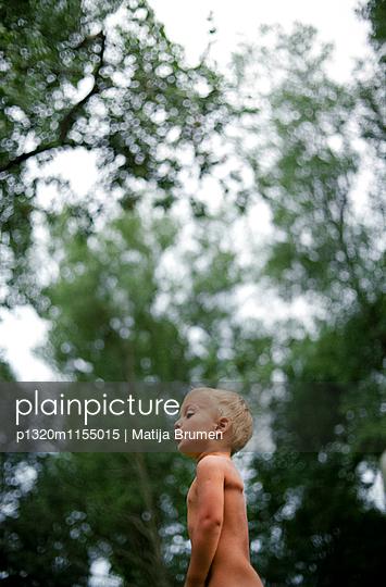 Junge im Sommer - p1320m1155015 von Matija Brumen