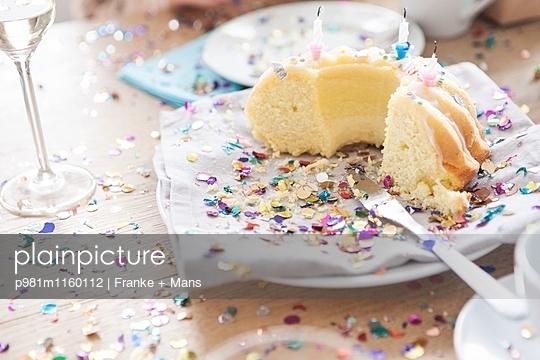 Kuchen mit Konfetti - p981m1160112 von Franke + Mans