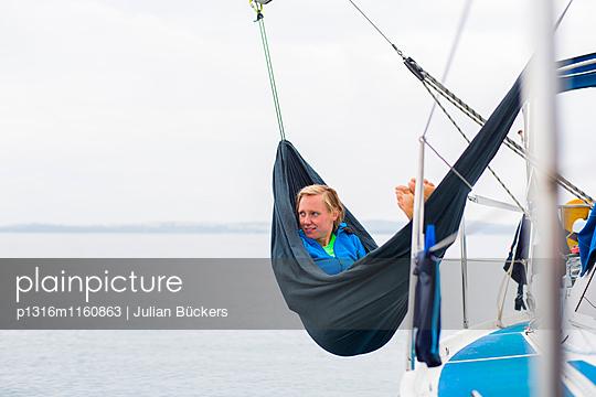 Frau entspannt in einer Hängematte an Deck von einem Segelschiff, Pula, Istrien, Kroatien - p1316m1160863 von Julian Bückers