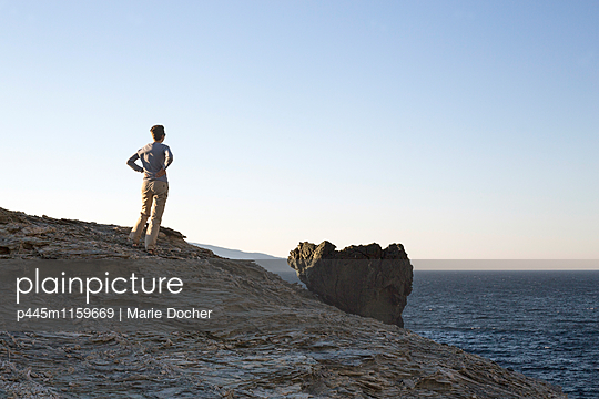 Frau blickt aufs Meer - p445m1159669 von Marie Docher
