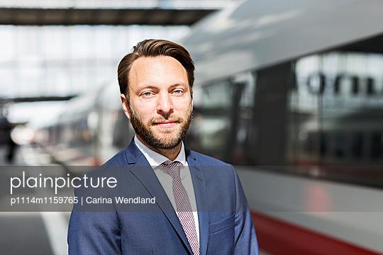Porträt Geschäftsmann am Bahnsteig - p1114m1159765 von Carina Wendland