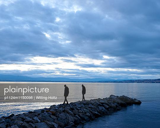 Paar spaziert auf Buhne am Genfer See - p1124m1150098 von Willing-Holtz