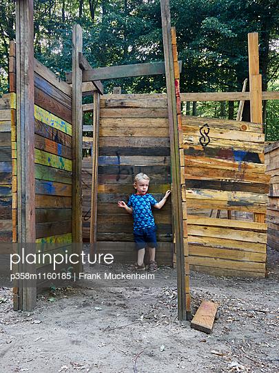 Kleiner Junge im Irrgarten auf einem Abenteuerspielplatz - p358m1160185 von Frank Muckenheim