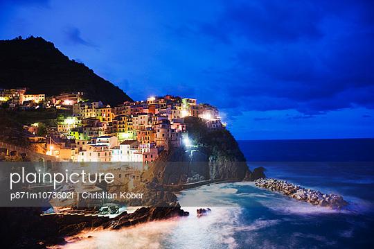 Clifftop village of Manarola, Cinque Terre, UNESCO World Heritage Site, Liguria, Italy, Europe