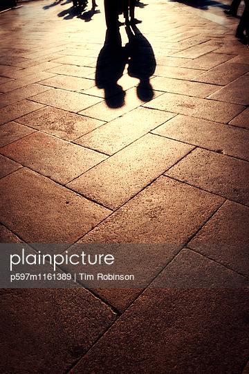 Schatten von zwei Personen  - p597m1161389 von Tim Robinson