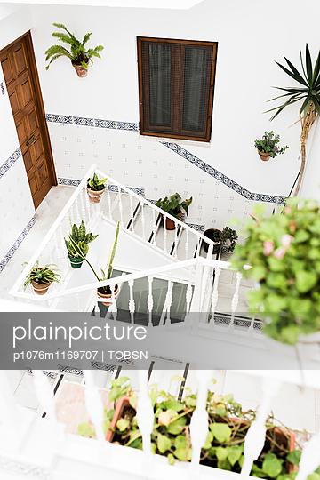 Weisses Treppenhaus - p1076m1169707 von TOBSN
