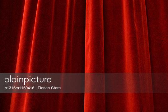 Vorhang aus rotem Samt in einem Theater, Pasinger Fabrik, München, Bayern, Deutschland, Europa - p1316m1160416 von Florian Stern