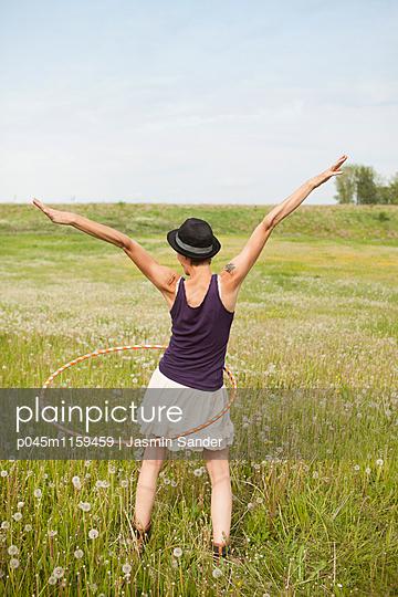 Hule-Hoop-Tanz - p045m1159459 von Jasmin Sander