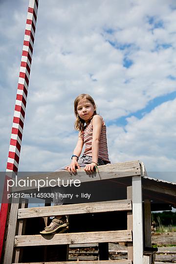 Mädchen in einer Bretterbude - p1212m1145938 von harry + lidy