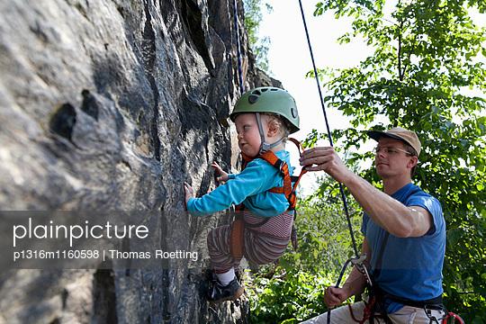 Junge an einer Kletterwand in einem Steinbruch, Leipzig, Sachsen, Deutschland - p1316m1160598 von Thomas Roetting