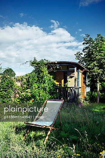 Liegestuhl vor  Gartenhaus - p1156m1149541 von miep