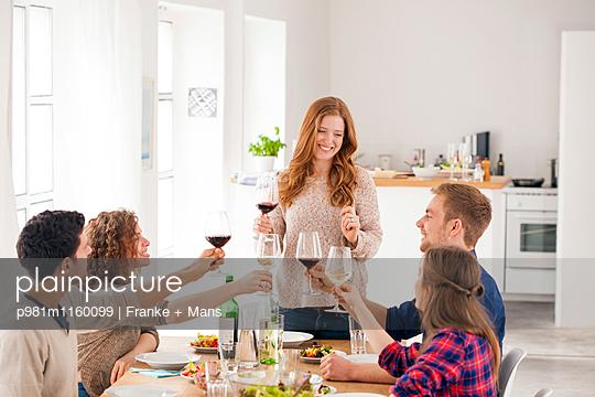Gastgeberin - p981m1160099 von Franke + Mans