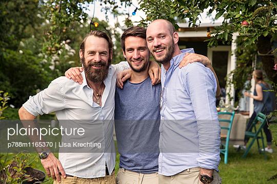 Männerfreundschaft - p788m1165370 von Lisa Krechting