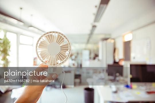Ventilator im Büro - p432m1165782 von mia takahara