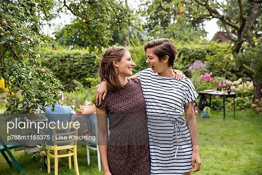 Zwei Freundinnen auf einer Gartenparty - p788m1165375 von Lisa Krechting