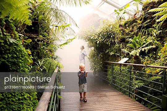 Mutter und Sohn in einem tropischen Gewächshaus, Singapore Botanic Gardens, Singapur - p1316m1160689 von Stefan Schuetz