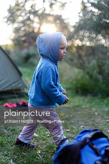 Kleiner Junge vor einem Zelt, Haide, Ummanz, Insel Rügen, Mecklenburg-Vorpommern, Deutschland - p1316m1160578 von Roetting+Pollex