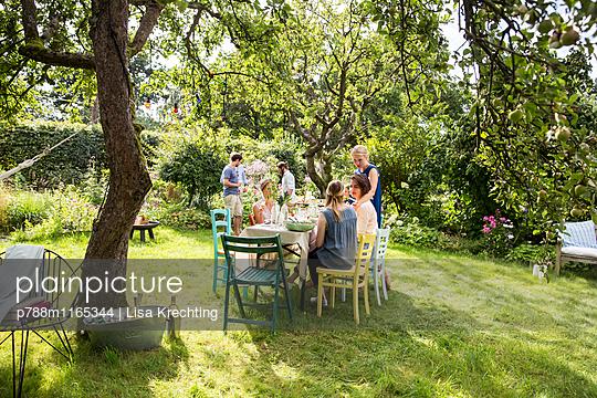 Freunde auf einer Gartenparty - p788m1165344 von Lisa Krechting