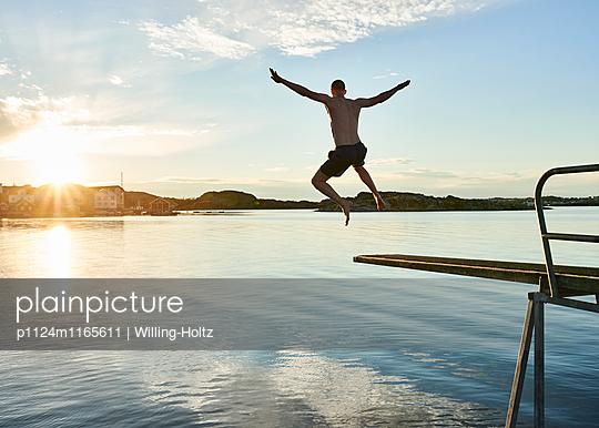Sprung ins Wasser - p1124m1165611 von Willing-Holtz