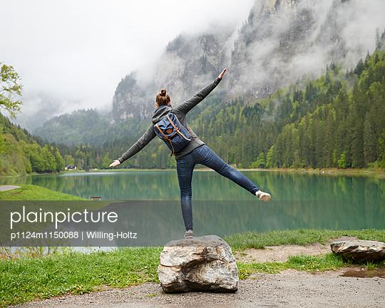 Frau balanciert am Lac de Montriond - p1124m1150088 von Willing-Holtz
