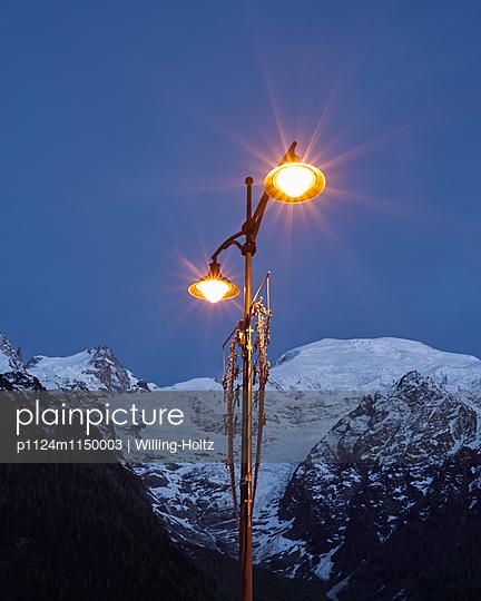 Straßenlaterne vor dem Mont Blanc bei Nacht - p1124m1150003 von Willing-Holtz