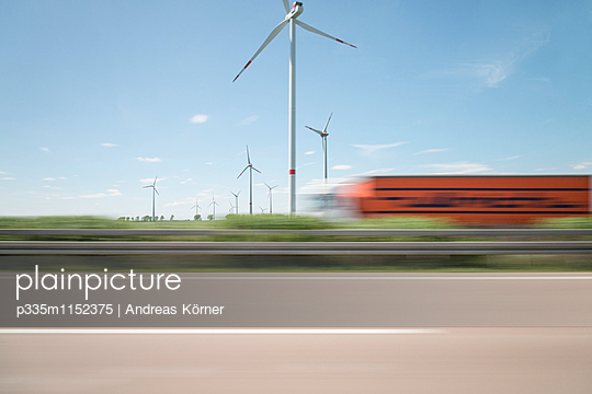 Windpark verschwommene Sicht - p335m1152375 von Andreas Körner