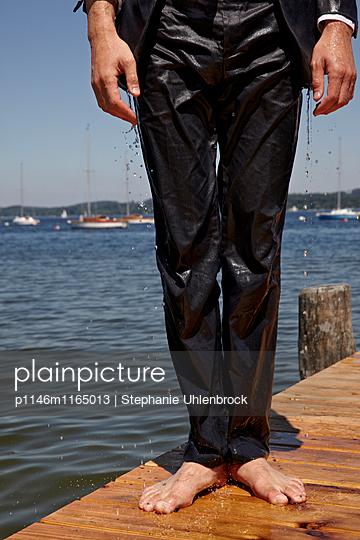 Mann mit nassem Anzug - p1146m1165013 von Stephanie Uhlenbrock