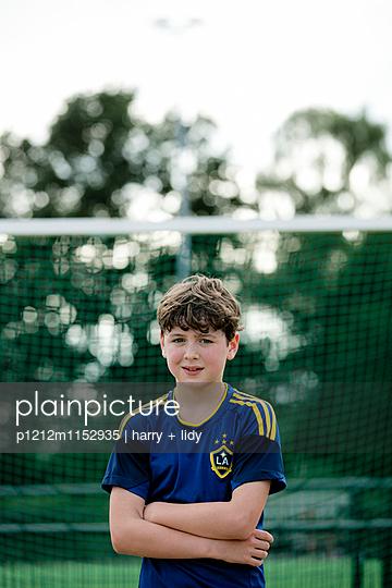 Portrait eines Jungen auf dem Sportplatz - p1212m1152935 von harry + lidy