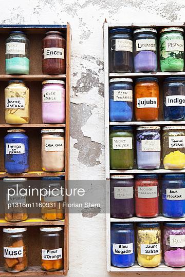 verschiedene natürliche Farbpigmente als Grundstoff zum färben, Essaouira, Marokko - p1316m1160931 von Florian Stern