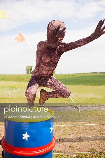 Affe springt von Tonne - p045m1158864 von Jasmin Sander