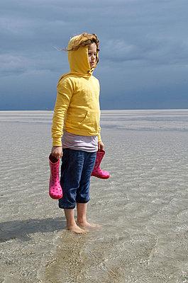Mädchen bei aufkommender Flut - p0030683 von Carolin