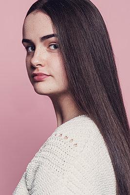 Portrait of a young woman - p1323m1548033 von Sarah Toure