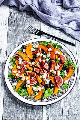 herbstlicher Salat mit Hokkaido-Kürbis, Feigen, Rucola, Feta, Blaubeeren - p300m2156625 von Sandra Roesch