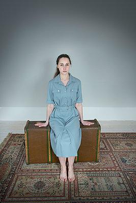 Frau sitzt auf Koffer - p427m902531 von Ralf Mohr