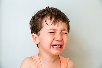 Little boy Crying - p535m1058352 by Michelle Gibson