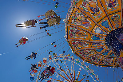 People tourists chain swing carousel Oktoberfest - p609m1473064 by OSKARQ