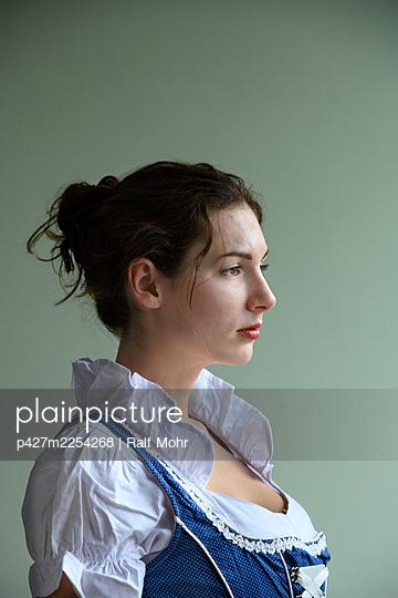Woman in dirndl, portrait - p427m2254268 by Ralf Mohr