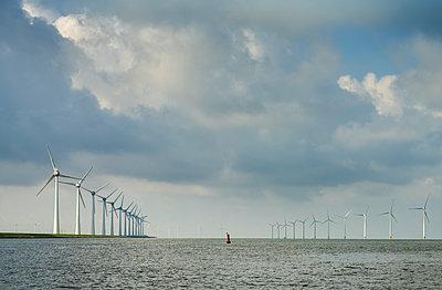 Windpark vor der Küste - p1132m2291573 von Mischa Keijser