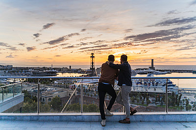 Gay couple on lookout above the city with view to the port, Barcelona, Spain - p300m2154489 by VITTA GALLERY
