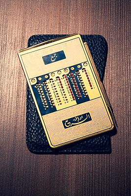 Arabischer Taschenrechner im Lederetui - p550m2273281 von Thomas Franz