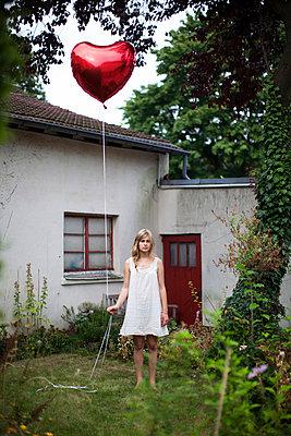 Frau mit Herzballon - p586m859541 von Kniel Synnatzschke